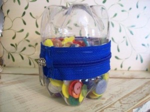 DIY Plastic Container Button Holder 300x224 DIY Plastic Container Using Bottles and Zipper