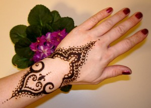 Back Hand Arabic Mehndi Design 300x216 Back Hand Mehandi Designs