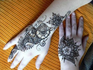 Latest Artistic Mehndi Design 300x225 Back Hand Mehandi Designs