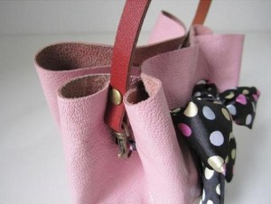 Fixing the Handle 300x226 How to make Handbag without sewing