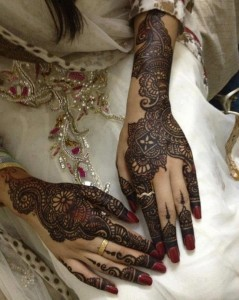 Gorgeous Back hand Desings for Wedding 239x300 Bridal Mehndi Designs (Dulhan Henna Designs)