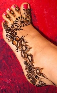 Simple Feet Outline Mehndi 186x300 Bridal Mehndi Designs (Dulhan Henna Designs)